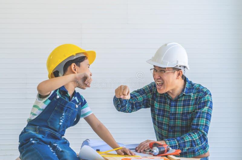 Πρόσκρουση πυγμών πατέρων και γιων για την έννοια επιτυχίας στην έννοια Οικοδομικής Βιομηχανίας στοκ εικόνες