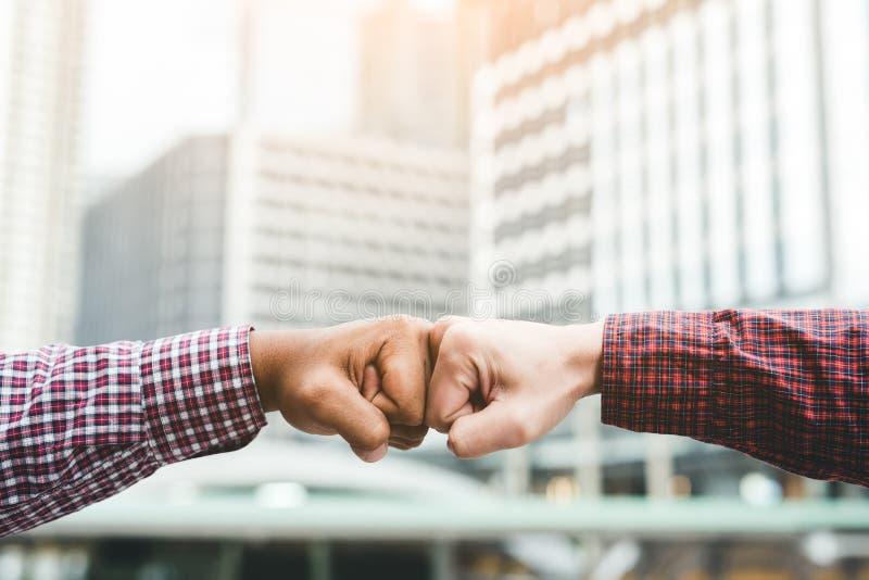 Πρόσκρουση πυγμών χρήσης δύο χεριών επιχειρησιακών ατόμων για την ομαδική εργασία succes εταιρική στοκ εικόνα