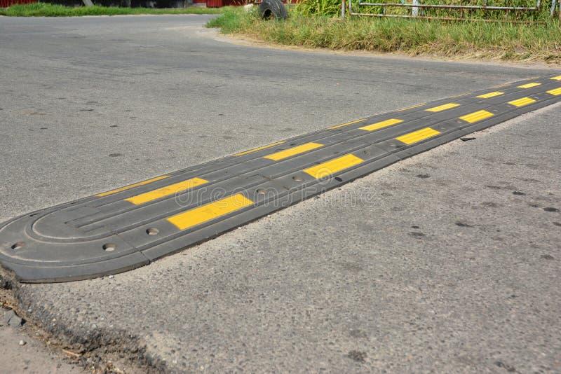 Πρόσκρουση ταχύτητας ασφάλειας κυκλοφορίας σε έναν δρόμο ασφάλτου Οι προσκρούσεις ταχύτητας ή οι διακόπτες ταχύτητας είναι να ηρε στοκ φωτογραφίες