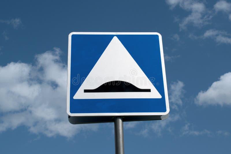 Πρόσκρουση ταχύτητας οδικών σημαδιών στο υπόβαθρο ουρανού σύννεφων στοκ φωτογραφίες με δικαίωμα ελεύθερης χρήσης