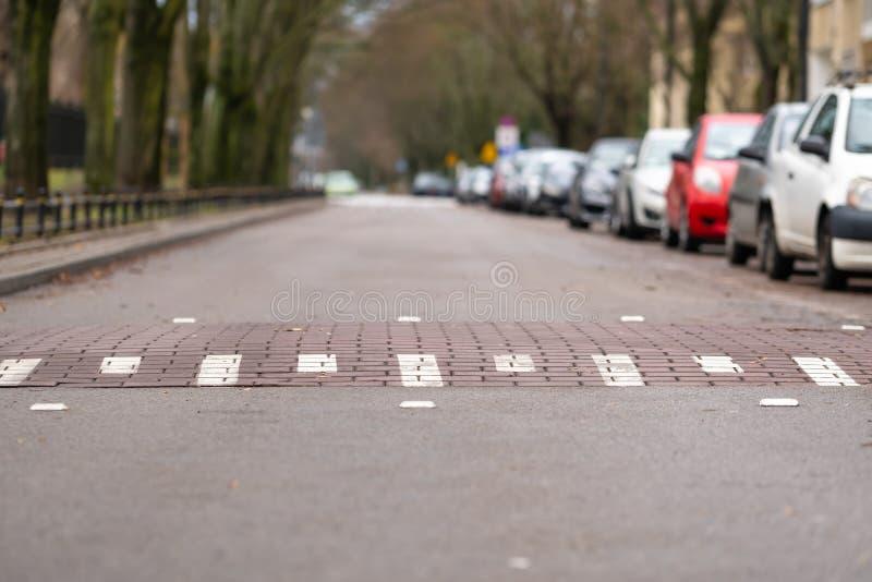 Πρόσκρουση ταχύτητας στην κενή οδό στη Βαρσοβία, Πολωνία, αυτοκίνητα σε μια πλευρά της οδού, σύμβολο πρόκλησης στοκ φωτογραφία με δικαίωμα ελεύθερης χρήσης