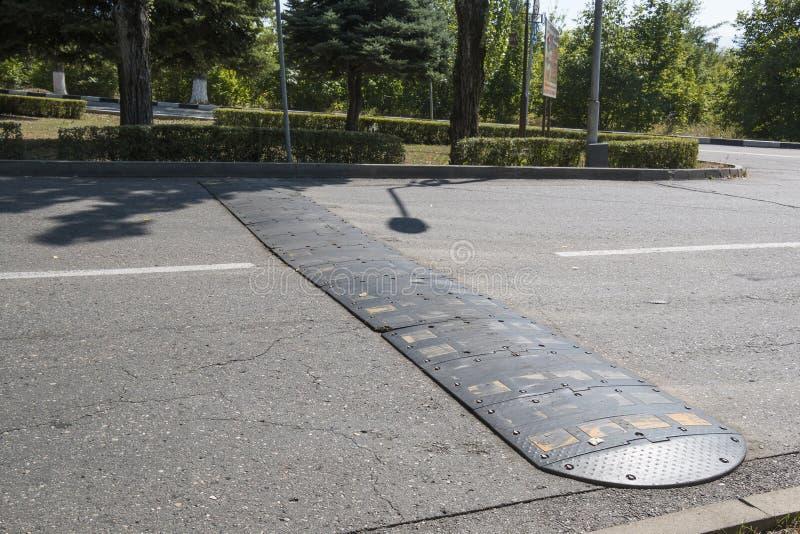 Πρόσκρουση ταχύτητας στην οδό πόλεων στοκ φωτογραφίες