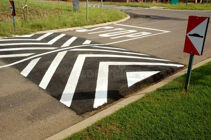 Πρόσκρουση ταχύτητας στην οδό στάσεων στοκ φωτογραφία με δικαίωμα ελεύθερης χρήσης