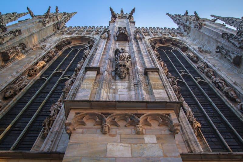 Πρόσοψη, αγάλματα και διακοσμητικά στοιχεία στη στέγη του Duomo στο Μιλάνο στοκ εικόνα με δικαίωμα ελεύθερης χρήσης