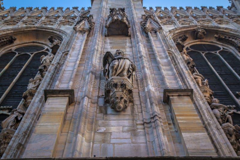 Πρόσοψη, αγάλματα και διακοσμητικά στοιχεία στη στέγη του Duomo στο Μιλάνο στοκ εικόνες