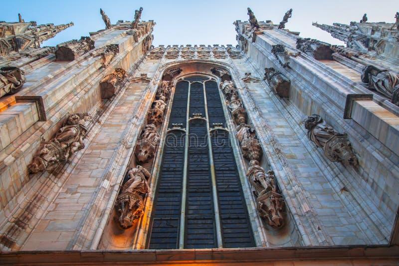 Πρόσοψη, αγάλματα και διακοσμητικά στοιχεία στη στέγη του Duomo στο Μιλάνο στοκ φωτογραφία