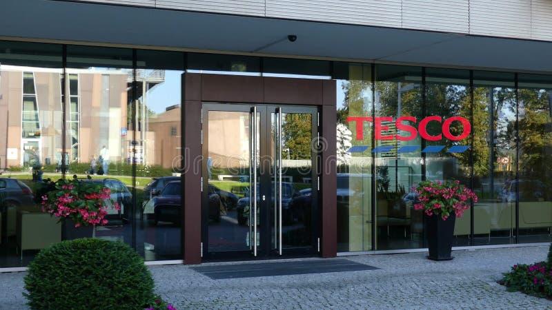 Πρόσοψη γυαλιού ενός σύγχρονου κτιρίου γραφείων με το λογότυπο Tesco Εκδοτική τρισδιάστατη απόδοση στοκ φωτογραφίες με δικαίωμα ελεύθερης χρήσης