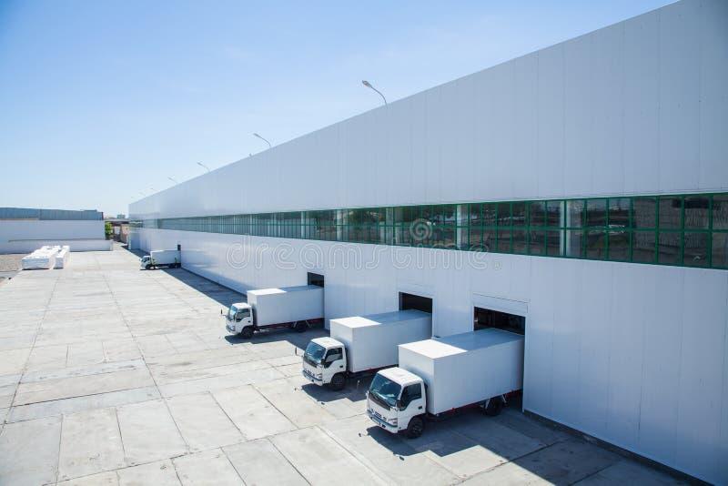 Πρόσοψη ενός βιομηχανικού κτηρίου και μιας αποθήκης εμπορευμάτων στοκ εικόνες