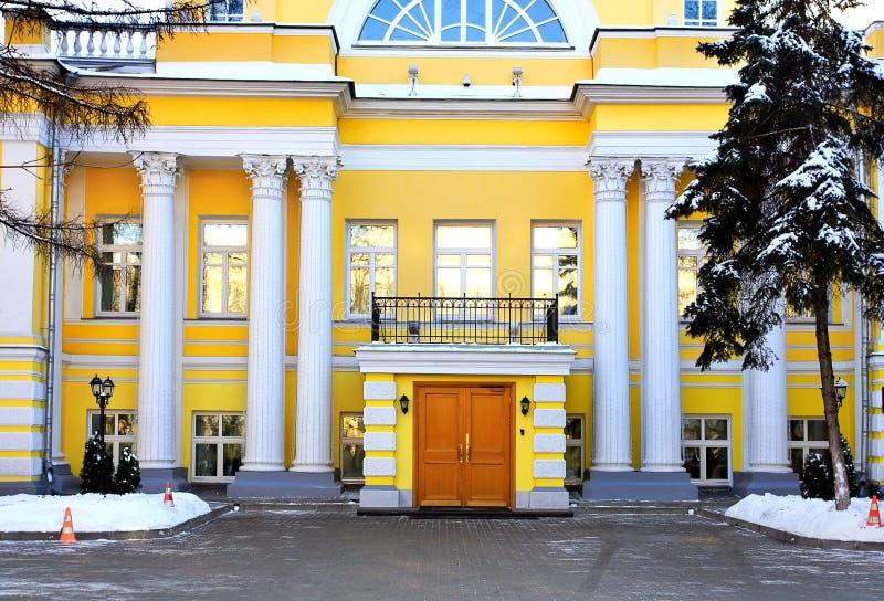 Πρόσοψη ενός κτηρίου με τις στήλες στοκ φωτογραφία με δικαίωμα ελεύθερης χρήσης