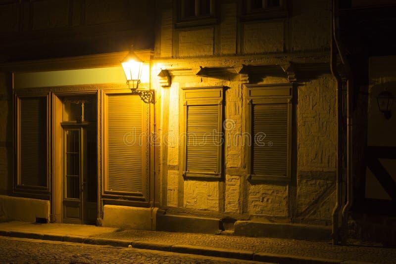 Πρόσοψη ενός μισό-εφοδιασμένου με ξύλα σπιτιού τη νύχτα στοκ εικόνα