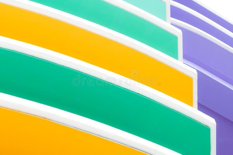 Πρόσοψη κινηματογραφήσεων σε πρώτο πλάνο του συγκεκριμένου κτηρίου Κίτρινο, άσπρο, πράσινο, και πορφυρό υπόβαθρο σύστασης οικοδόμ στοκ εικόνες