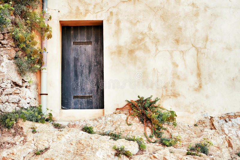 Πρόσοψη με την πόρτα σε Άγιο Tropez, Γαλλία στοκ εικόνες με δικαίωμα ελεύθερης χρήσης