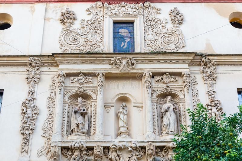 Πρόσοψη μιας ιστορικής εκκλησίας στη Σεβίλη, Ισπανία στοκ φωτογραφία