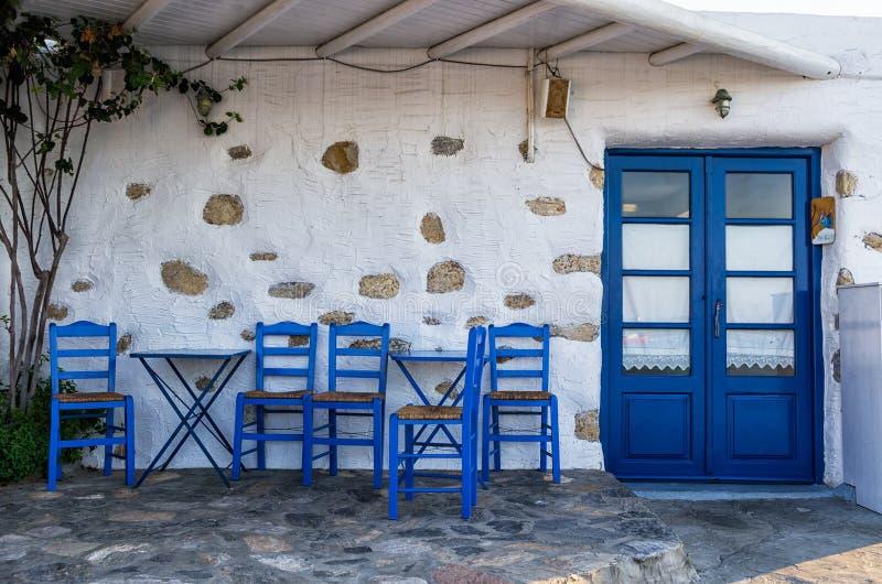 Πρόσοψη μιας μικρής παραδοσιακής ταβέρνας σε Ano Κουφονήσι, Κυκλάδες, Ελλάδα στοκ φωτογραφία
