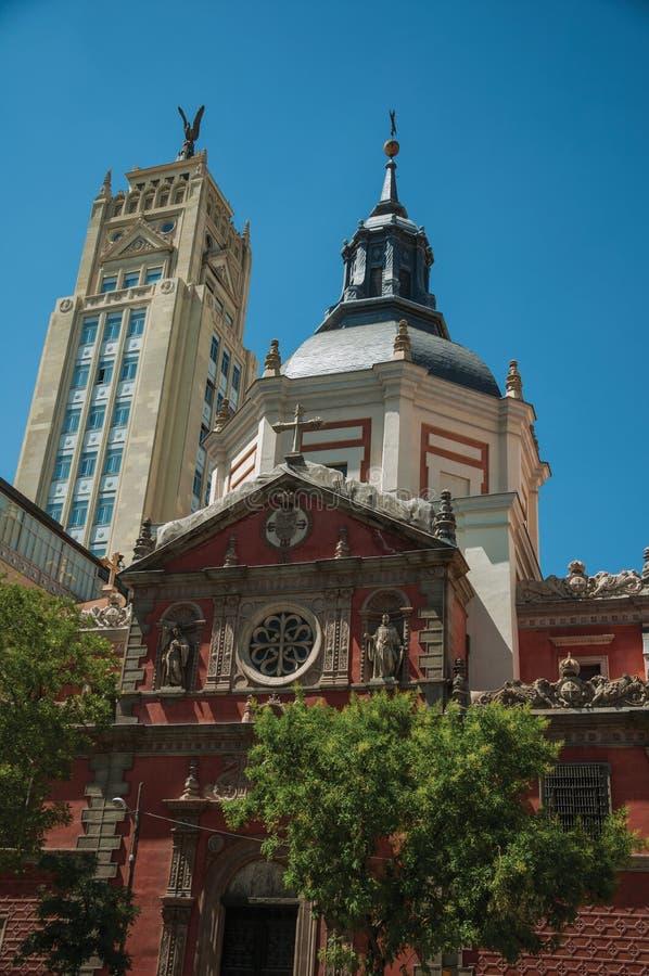 Πρόσοψη ουρανοξυστών και εκκλησιών με το θόλο στη Μαδρίτη στοκ φωτογραφίες με δικαίωμα ελεύθερης χρήσης