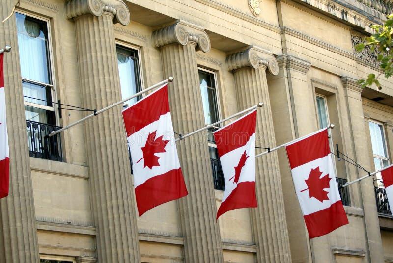 Πρόσοψη που διακοσμείται με τις σημαίες του Καναδά ή τη σημαία φύλλων σφενδάμου στοκ εικόνες