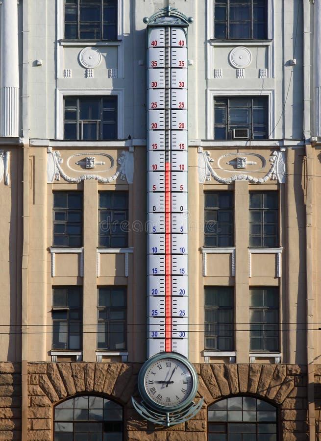 Πρόσοψη του κτηρίου με το γιγαντιαίο υπαίθριο θερμόμετρο στοκ εικόνα με δικαίωμα ελεύθερης χρήσης