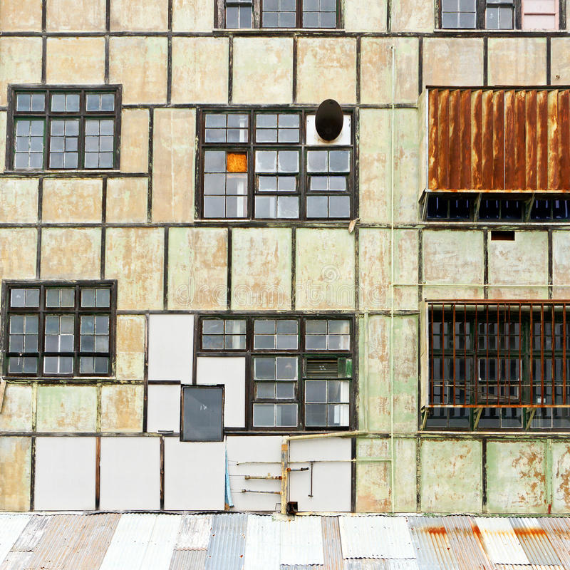 Πρόσοψη του παλαιού εργοστασίου στοκ φωτογραφία με δικαίωμα ελεύθερης χρήσης