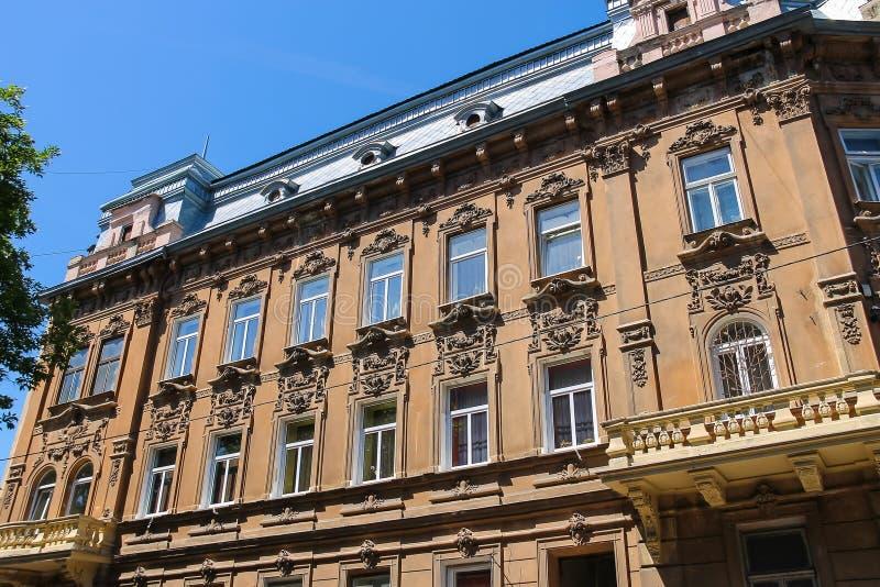 Πρόσοψη του παλαιού κτηρίου στο ιστορικό κέντρο της πόλης Lviv στοκ φωτογραφία με δικαίωμα ελεύθερης χρήσης