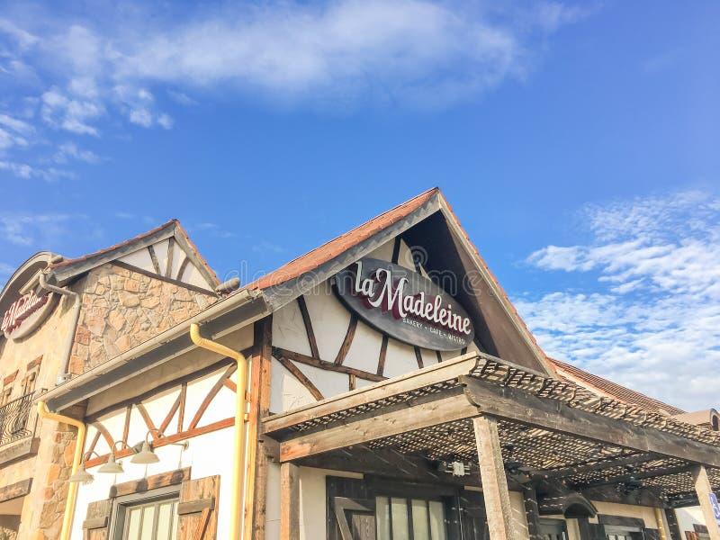 Πρόσοψη του περίεργου γαλλικού καφέ Λα Madeleine με την αγροτική χώρα FA στοκ εικόνες