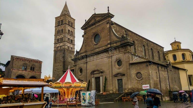 Πρόσοψη του όμορφου καθεδρικού ναού του Βιτέρμπο στο χρόνο Χριστουγέννων το χειμώνα τη βροχερή ημέρα στοκ φωτογραφία με δικαίωμα ελεύθερης χρήσης
