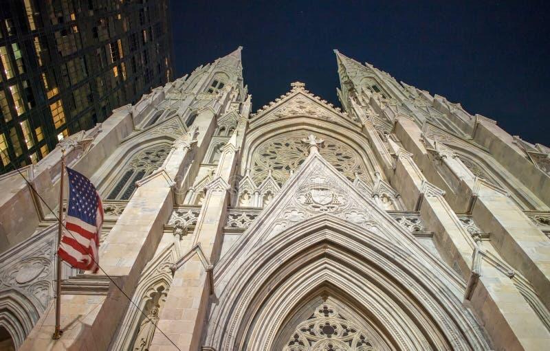 Πρόσοψη του ST Πάτρικ Cathedral τη νύχτα, Πέμπτη Λεωφόρος - Νέα Υόρκη CI στοκ εικόνες