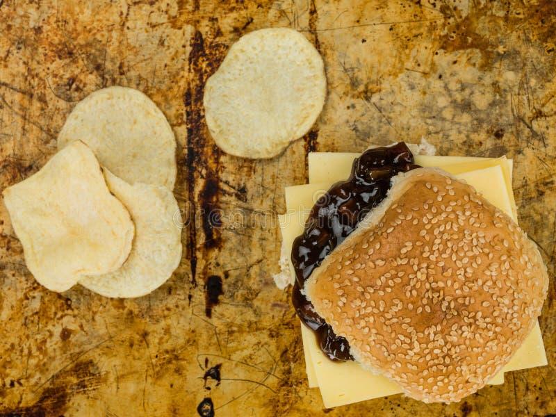 Πρόσφατα γίνοντας ρόλος ψωμιού σουσαμιού τυριών και τουρσιών με τα πατατάκια πατατών στοκ φωτογραφίες με δικαίωμα ελεύθερης χρήσης