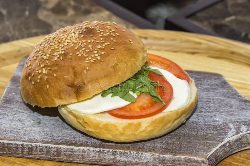 Πρόσφατα γίνοντας clubsandwich με την ντομάτα και τη σαλάτα 2 μοτσαρελών στοκ εικόνες