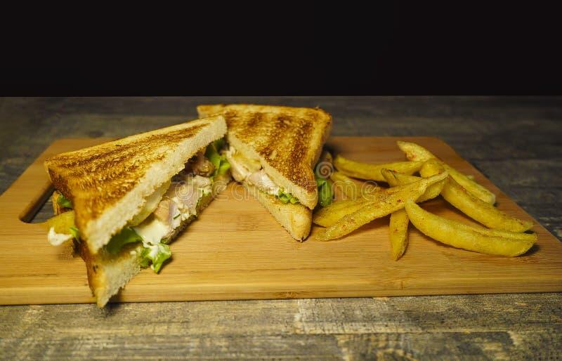 Πρόσφατα γίνοντα βόειο κρέας ψητού και ελβετικό σάντουιτς τυριών σε έναν τέμνοντα πίνακα στοκ φωτογραφίες με δικαίωμα ελεύθερης χρήσης