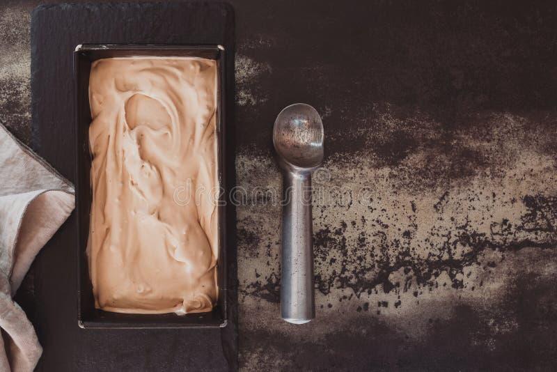 Πρόσφατα γίνοντα παγωτό έτοιμο να εξυπηρετηθεί στοκ φωτογραφίες