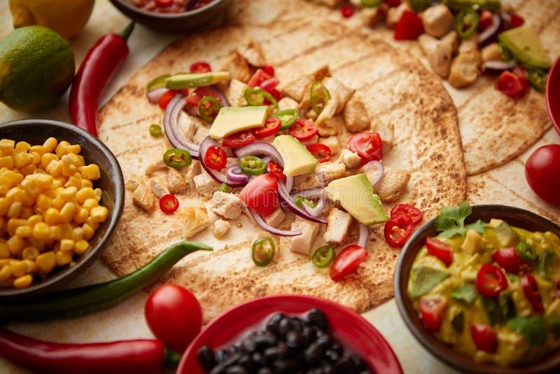Πρόσφατα γίνοντα υγιή tortillas καλαμποκιού με την ψημένη στη σχάρα λωρίδα κοτόπουλου, μεγάλες φέτες αβοκάντο στοκ εικόνα με δικαίωμα ελεύθερης χρήσης
