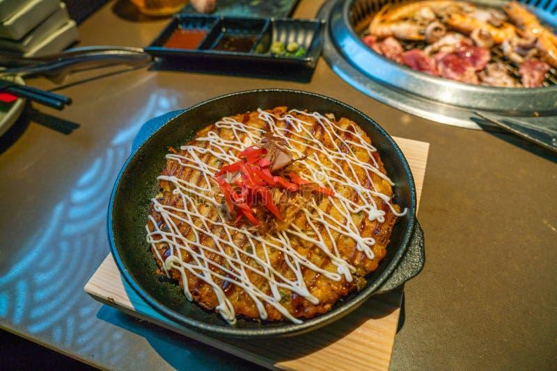 Πρόσφατα εξυπηρετούμενο Okonomiyaki, ιαπωνική αλμυρή παραδοσιακή τηγανίτα στοκ εικόνες
