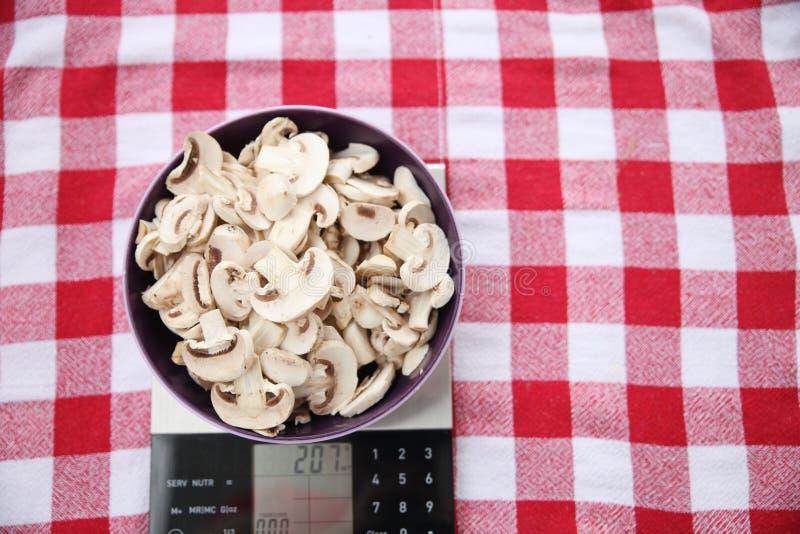 Πρόσφατα κόψτε τα μανιτάρια σε ένα κόκκινο και άσπρο τραπεζομάντιλο και προετοιμασμένος για το ψήσιμο ενός νόστιμου rucksa στοκ φωτογραφία με δικαίωμα ελεύθερης χρήσης