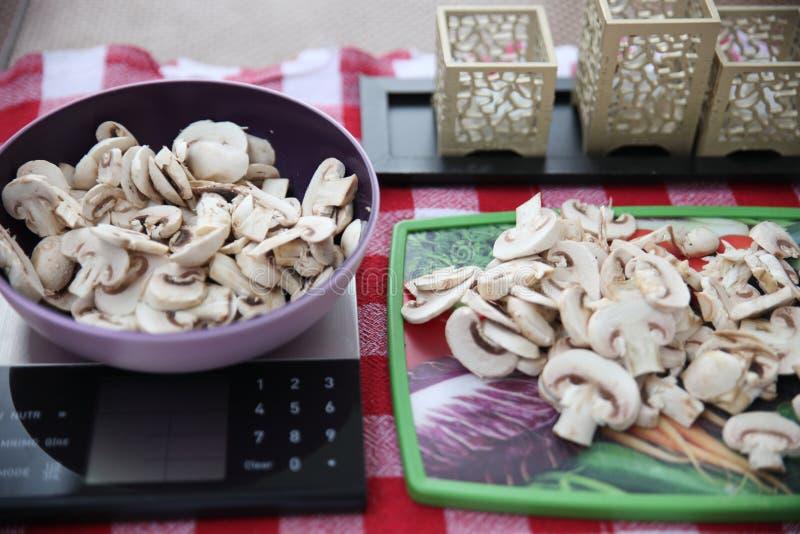 Πρόσφατα κόψτε τα μανιτάρια σε ένα κόκκινο και άσπρο τραπεζομάντιλο και προετοιμασμένος για το ψήσιμο ενός νόστιμου rucksa στοκ εικόνες
