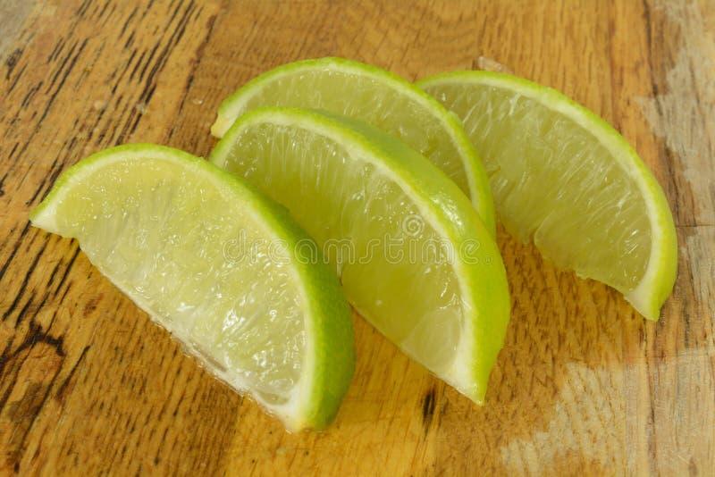 Πρόσφατα κόψτε τις φέτες φρούτων ασβέστη στοκ φωτογραφίες