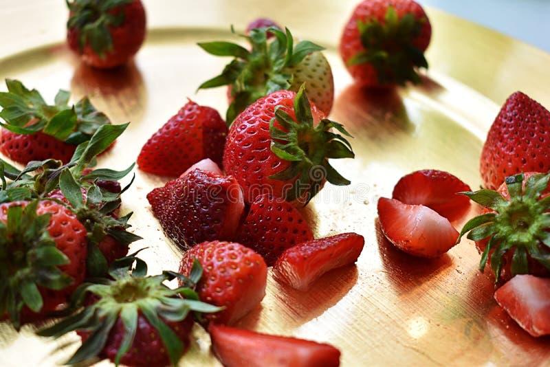 Πρόσφατα κόψτε τις φράουλες στο χρυσό πιάτο στοκ φωτογραφία με δικαίωμα ελεύθερης χρήσης