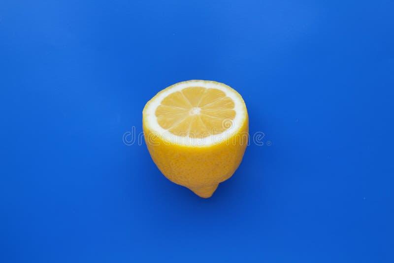 Πρόσφατα κόψτε το μισό λεμόνι στο μπλε υπόβαθρο στοκ εικόνα με δικαίωμα ελεύθερης χρήσης