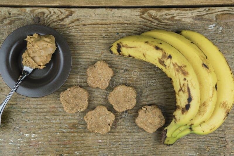 Πρόσφατα μαγειρευμένα μπισκότα με τα συστατικά στοκ φωτογραφία με δικαίωμα ελεύθερης χρήσης