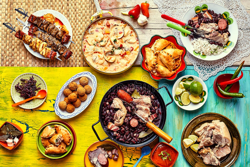 Πρόσφατα μαγειρευμένη γιορτή των βραζιλιάνων πιάτων στοκ εικόνα