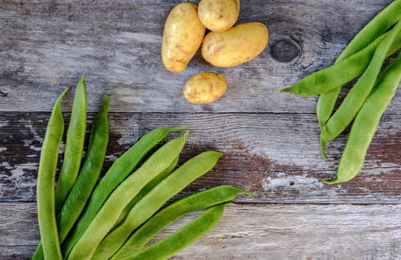 Πρόσφατα πλυμένα, εγχώρια φασόλια δρομέων και καινούριες πατάτες για τα συστατικά σαλάτας στοκ εικόνα