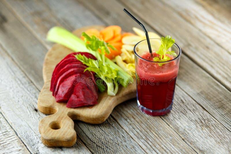 Πρόσφατα συμπιεσμένος φυτικός χυμός για το detox Συστατικά στα ξύλινα πινάκων για την κατασκευή του χυμού Υγιεινοί τρόπος ζωής κα στοκ εικόνα