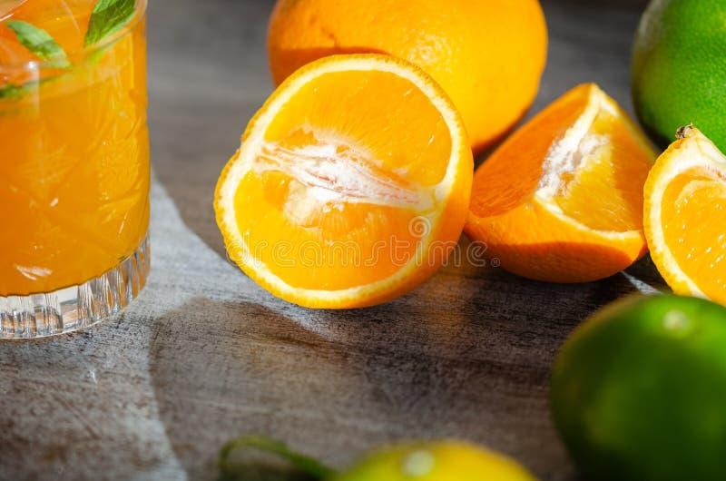 Πρόσφατα συμπιεσμένος χυμός από πορτοκάλι, και πορτοκάλι, κινηματογράφηση σε πρώτο πλάνο στοκ φωτογραφίες