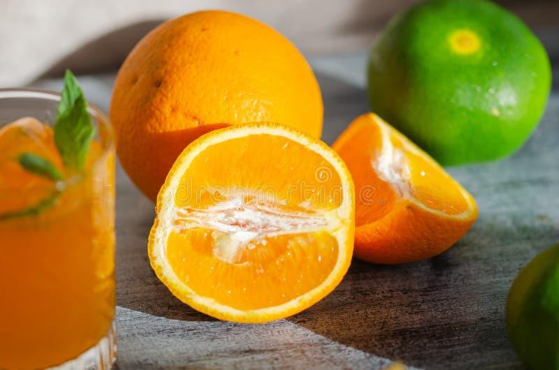 Πρόσφατα συμπιεσμένος χυμός από πορτοκάλι, και πορτοκάλι, κινηματογράφηση σε πρώτο πλάνο στοκ εικόνα