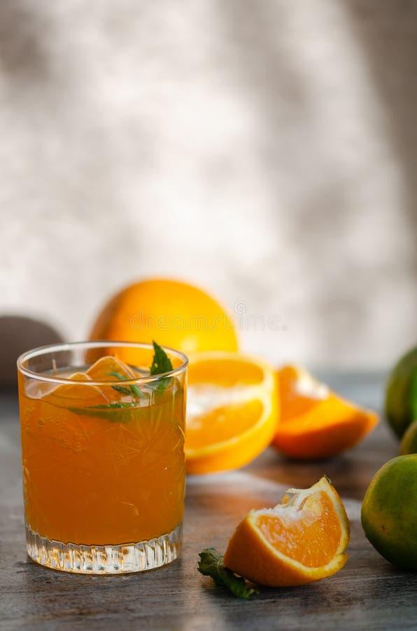 Πρόσφατα συμπιεσμένος χυμός από πορτοκάλι, και πορτοκάλι, κινηματογράφηση σε πρώτο πλάνο στοκ εικόνες με δικαίωμα ελεύθερης χρήσης