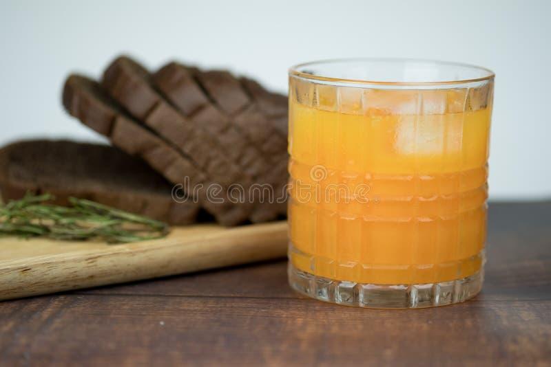 Πρόσφατα συμπιεσμένος χυμός από πορτοκάλι με τους κύβους πάγου στο γυαλί στοκ φωτογραφία με δικαίωμα ελεύθερης χρήσης