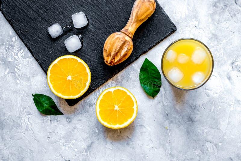 Πρόσφατα συμπιεσμένος χυμός από πορτοκάλι στο μπουκάλι γυαλιού στο ξύλινο υπόβαθρο στοκ φωτογραφίες