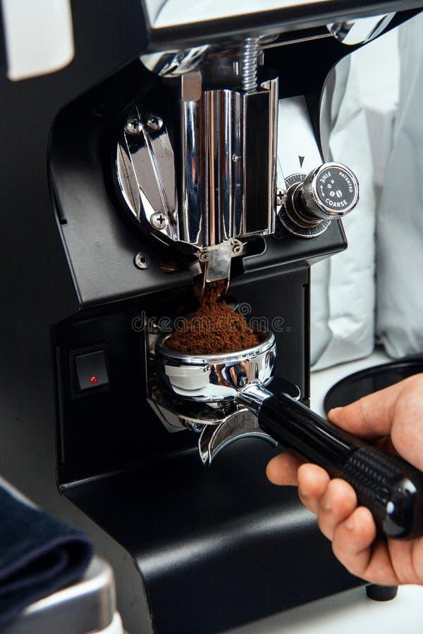 Πρόσφατα φασόλια επίγειου καφέ σε ένα portafilter από το μύλο καφέ στοκ εικόνα με δικαίωμα ελεύθερης χρήσης