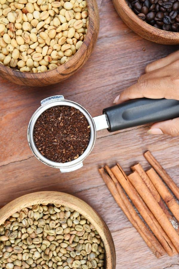 Πρόσφατα φασόλια επίγειου καφέ σε ένα φίλτρο μετάλλων και φασόλια καφέ με την κανέλα στοκ εικόνα με δικαίωμα ελεύθερης χρήσης