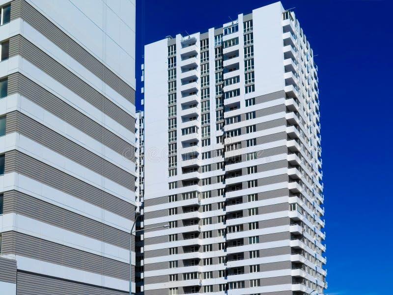 Πρόσφατα χτισμένα σπίτια στην πρόσφατα χτισμένη περιοχή της πόλης Κατασκευή προοπτικής των διαμερισμάτων Υποδομή και βιομηχανία στοκ εικόνες με δικαίωμα ελεύθερης χρήσης