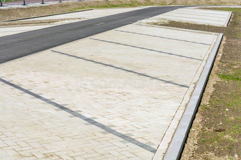 Πρόσφατα χτισμένος κενός χώρος στάθμευσης στοκ εικόνες